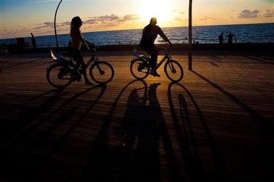Tel Aviv: Über die Holzpromenade gelangt man zum Alten Hafen mit jeder Menge Restaurants, Cafés und Geschäften - Foto: Dana Friedlander/IMOT