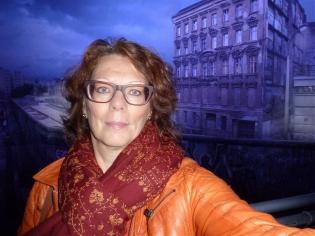 tip.online-Bloggerin Elo vor der Mauer im Asisi Panometer - Foto: ERP